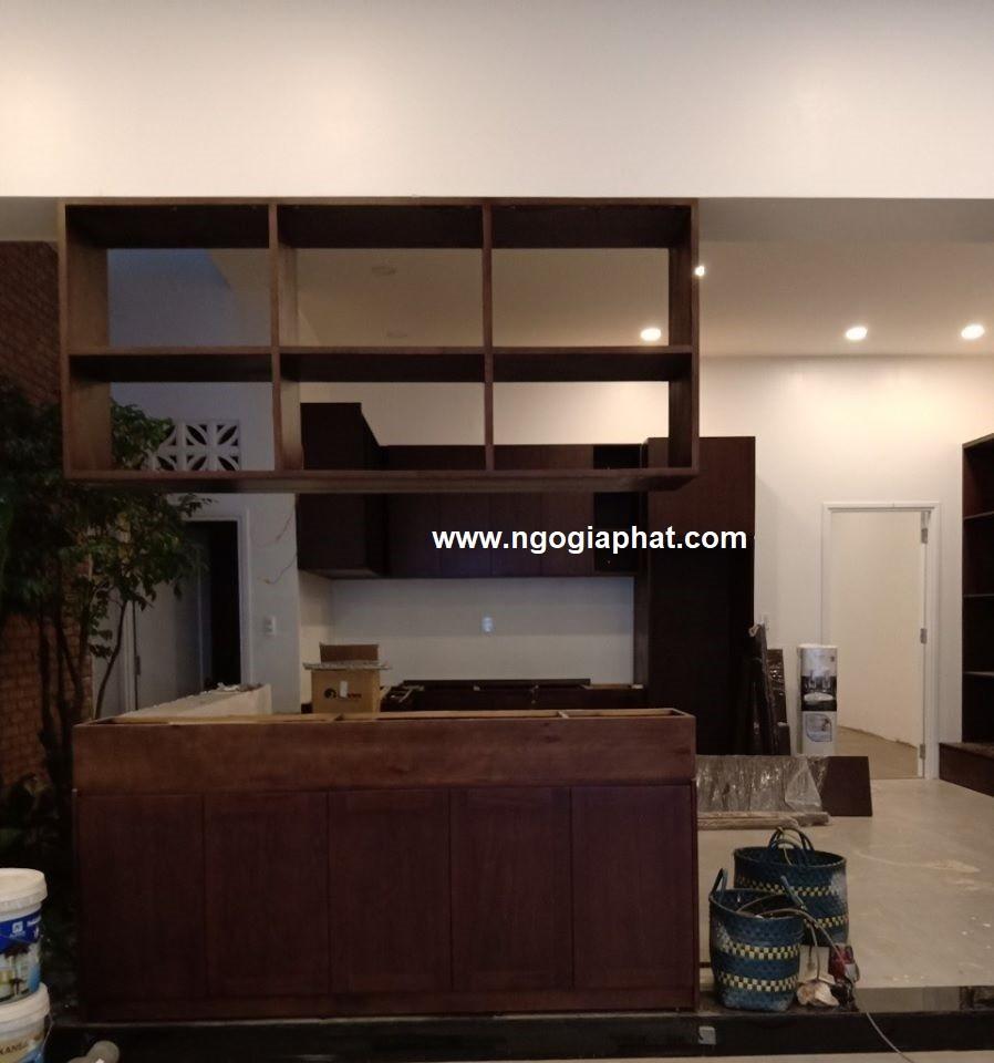 Tủ bếp gỗ tự nhiên căn nhà biệt thự Hai Anh 4