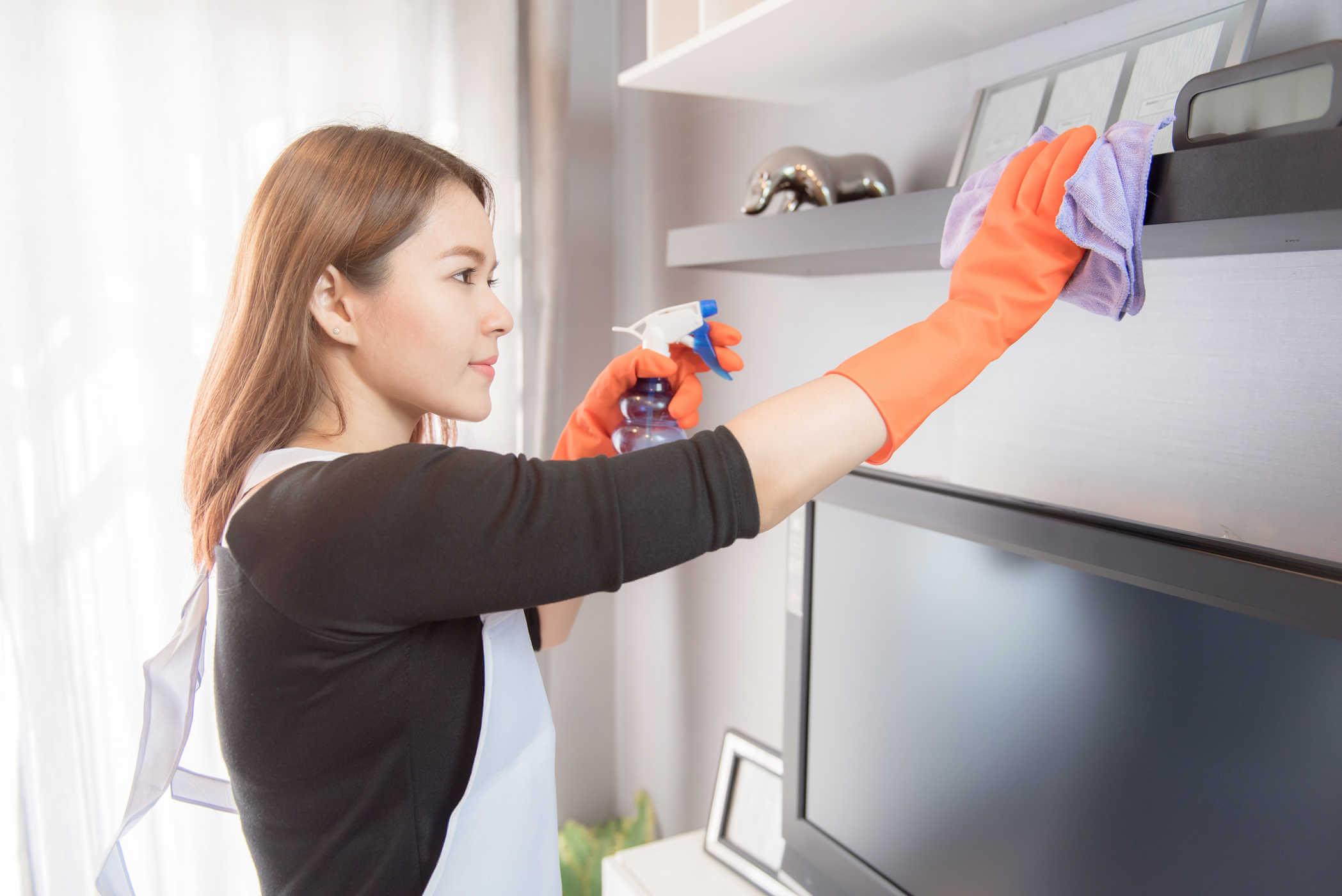 Vệ sinh tủ bếp bằng dung dịch chuyên dụng