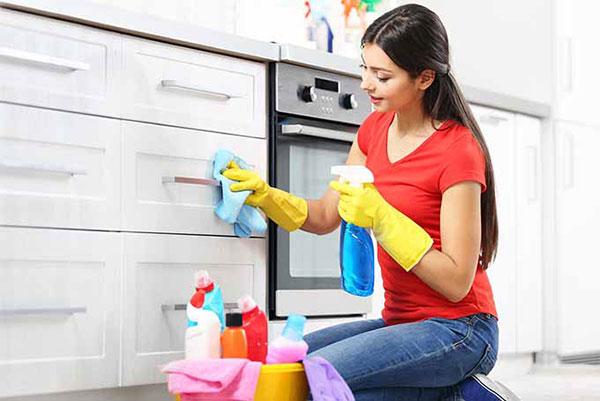 Nước rửa chén và nước ấm là dung dịch vệ sinh tủ bếp hiệu quả