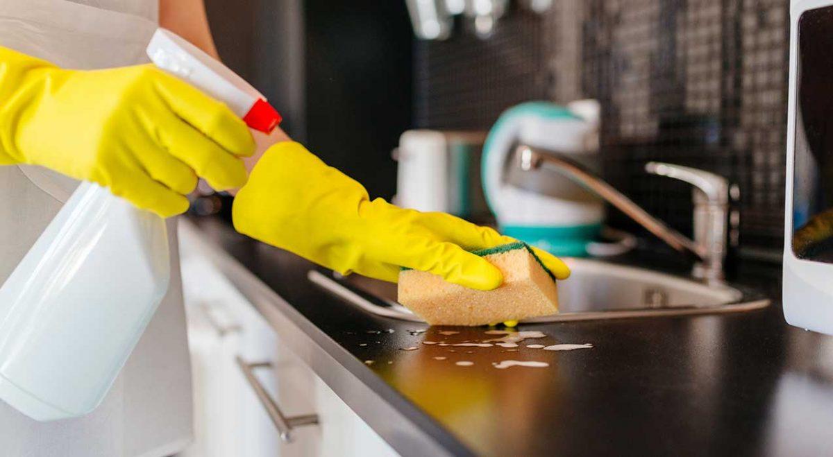 Hãy nhớ vệ sinh tủ bếp theo định kì để ngăn chặn mùi hôi, bám bẩn tủ bếp.